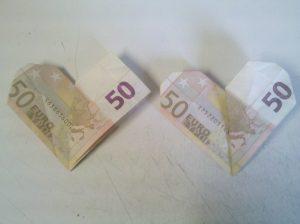 herz aus geldschein falten origami mit geldscheinen. Black Bedroom Furniture Sets. Home Design Ideas