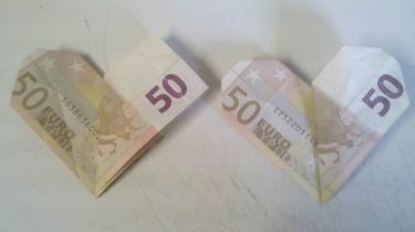 Origami: Herz aus Geldschein falten - Schritt 3