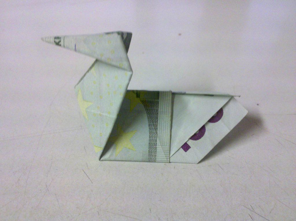 ente aus geldschein falten origami mit geldscheinen. Black Bedroom Furniture Sets. Home Design Ideas