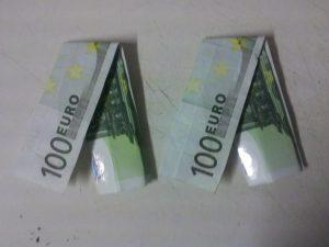 Origami-Hose aus Geldscheinen gefaltet