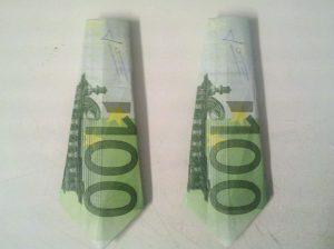 eine Origami-Krawatte aus einem 100 Euro-Schein gefaltet