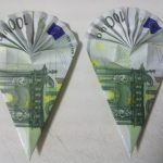 Ученически чанти, сгънати от банкнотата