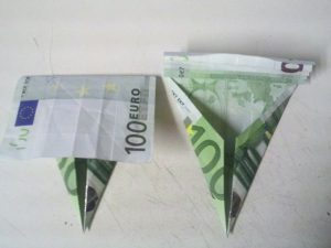 Origami: preklopite šolsko torbico iz računa - korak 3