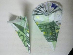 Origami: preklopite šolsko torbico iz računa - korak 4