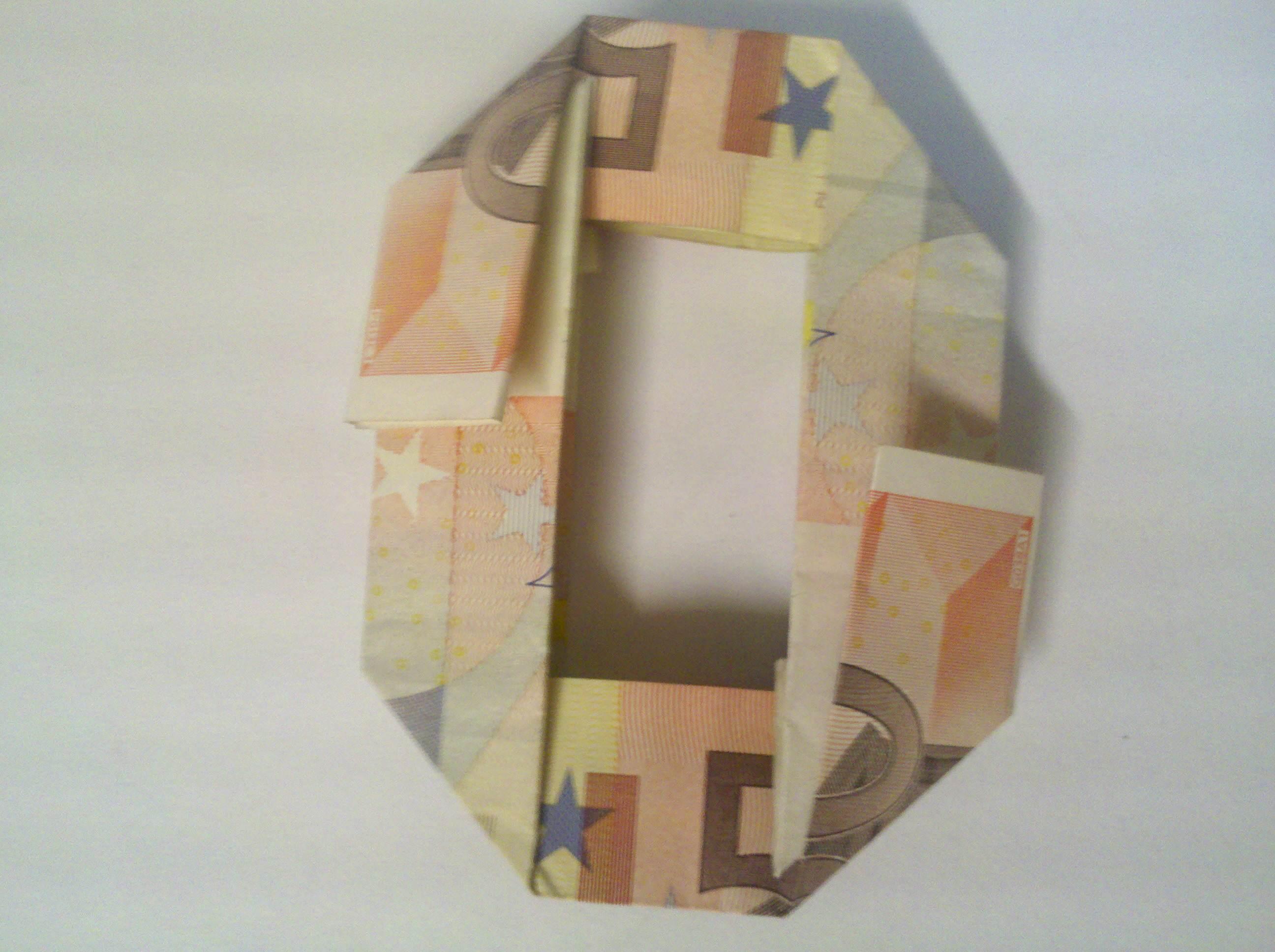 Zahl 0 aus zwei Geldscheinen falten