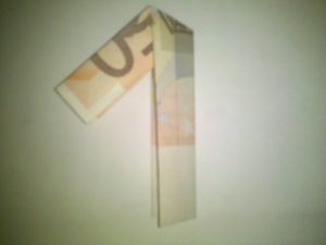 Origami: Zahl 1 aus einem Geldschein gefaltet
