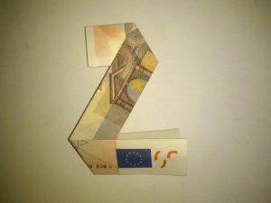 Origami: Zahl 2 aus einem Geldschein gefaltet