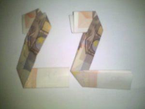 Origami: Zahl 2 aus Geldschein falten - Schritt 4