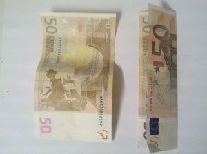 Geldscheine falten: Zahl 0 aus 2 Geldscheinen - Schritt 1
