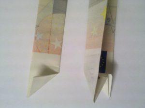 Geldscheine falten: Zahl 0 aus 2 Geldscheinen - Schritt 3