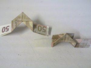 Origami: Zahl 3 aus Geldschein falten - Schritt 7