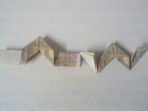 Origami: Zahl 3 aus Geldschein falten - Schritt 8