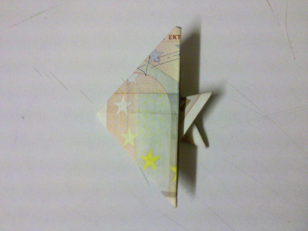 fisch aus einem geldschein falten origami mit geldscheinen. Black Bedroom Furniture Sets. Home Design Ideas