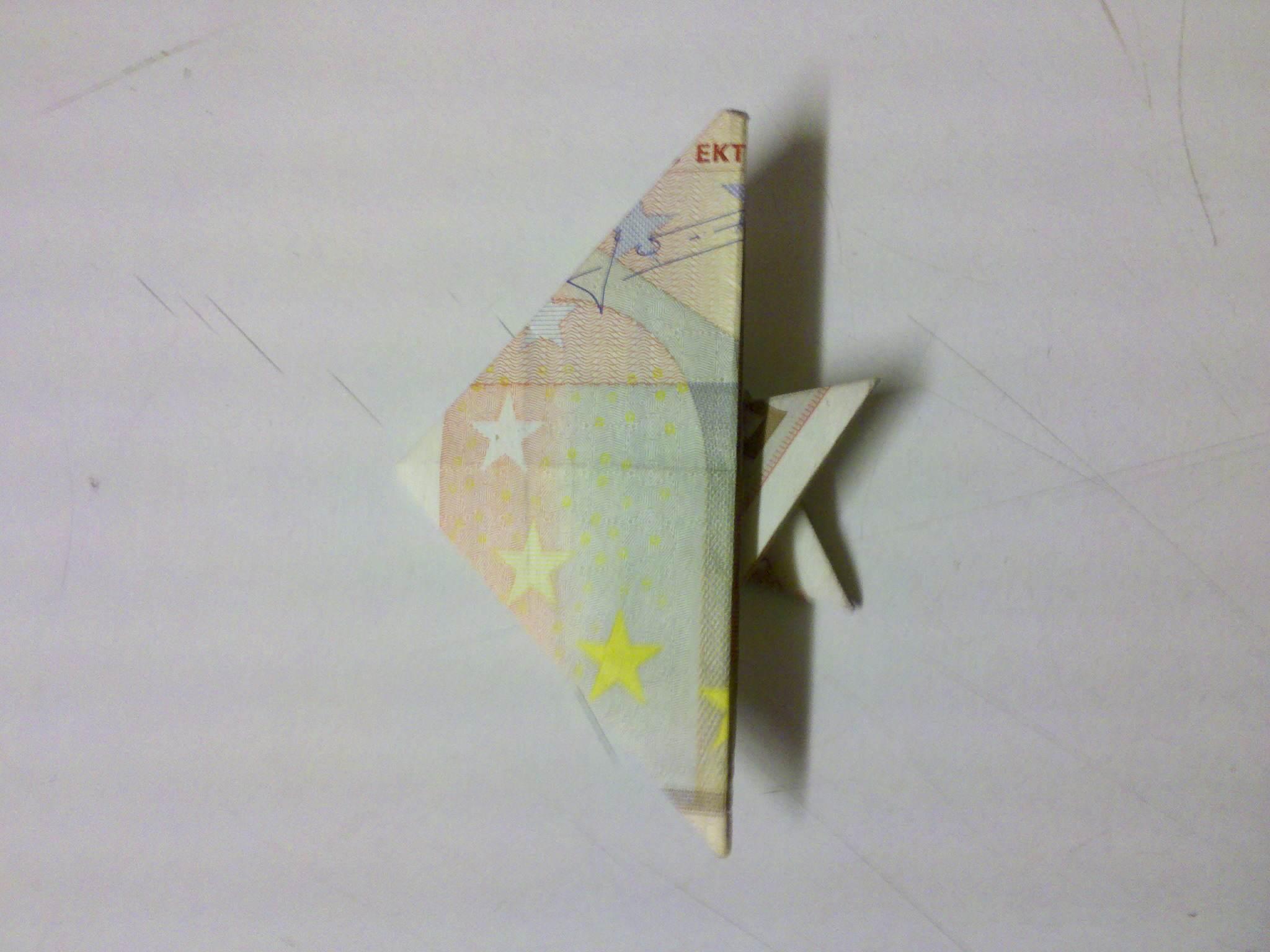 ein aus einem Geldschein gefalteter Fisch