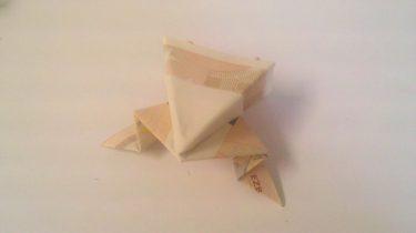 Origami-Frosch aus Geldscheinen gefaltet