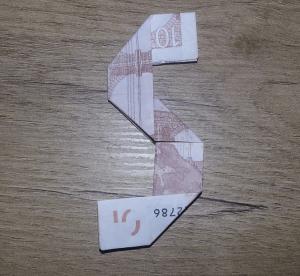 Voici à quoi ressemble un 5 replié sur un billet de banque