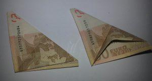 So wird aus einem Geldschein eine Blume gefaltet - Schritt 3