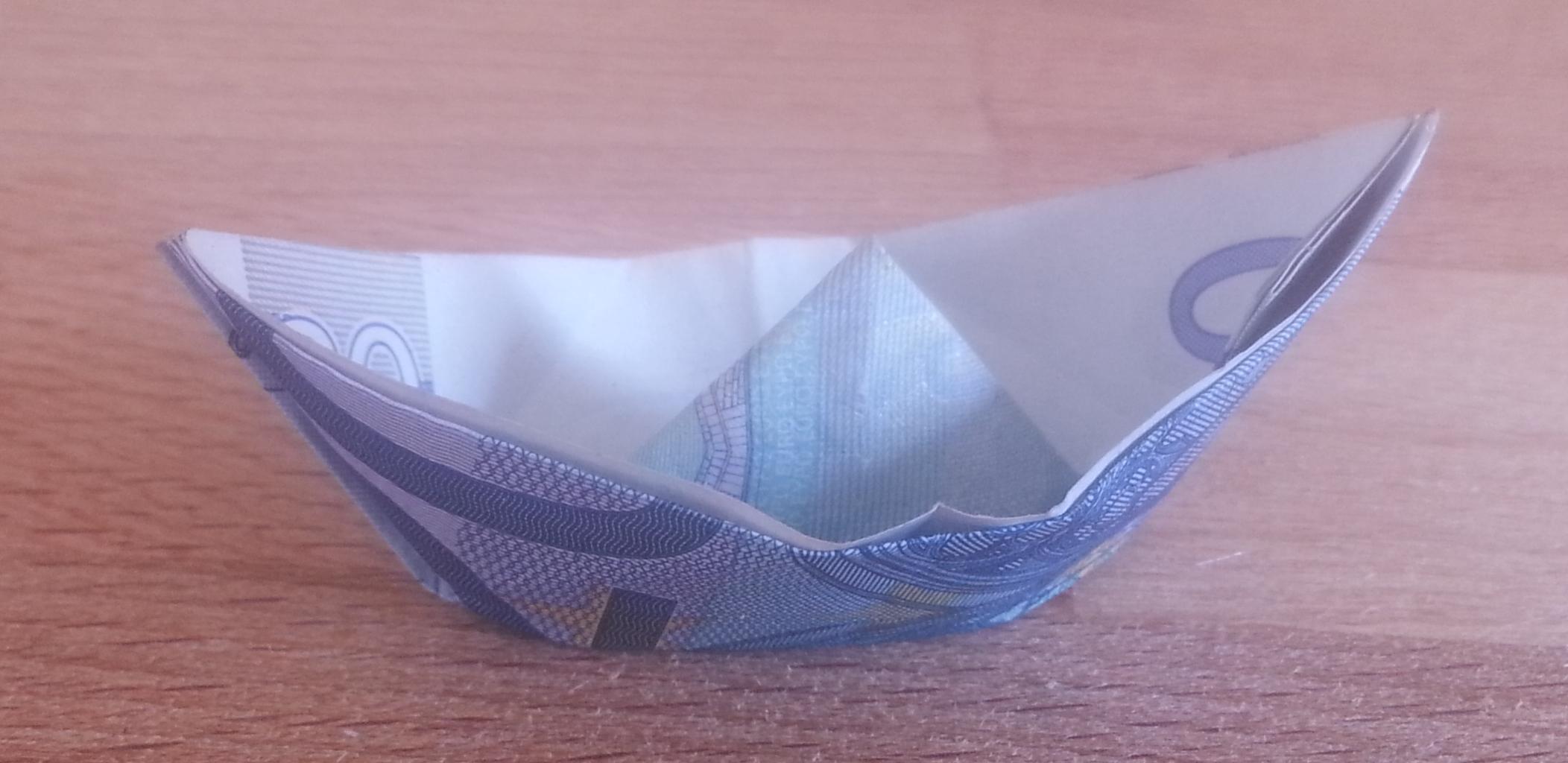 Schiff aus einem Geldschein gefaltet