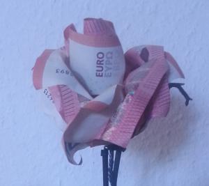 Eine Geld-Rose aus fünf Geldscheinen