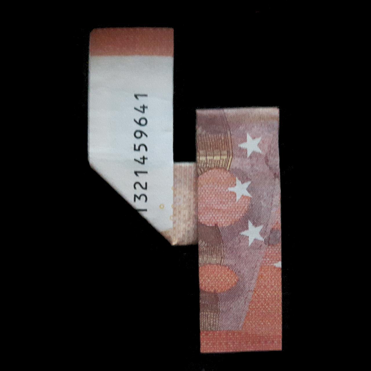 Bild: Zahl 4 aus einem Geldschein gefaltet
