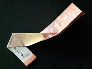 Bild: Zahl 7 aus einem Geldschein falten - Schritt 11
