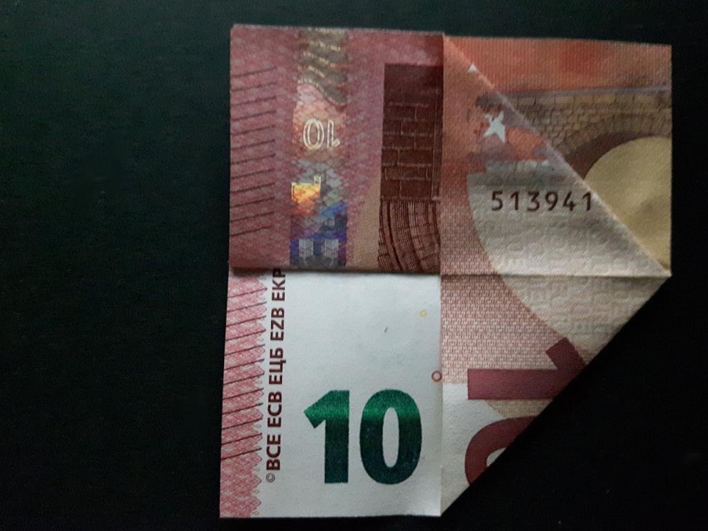Pyramide aus einem Geldschein falten - Schritt 4