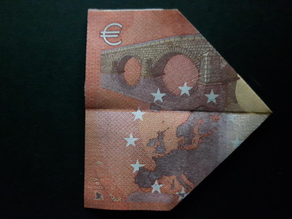 Pyramide aus einem Geldschein falten - Schritt 8