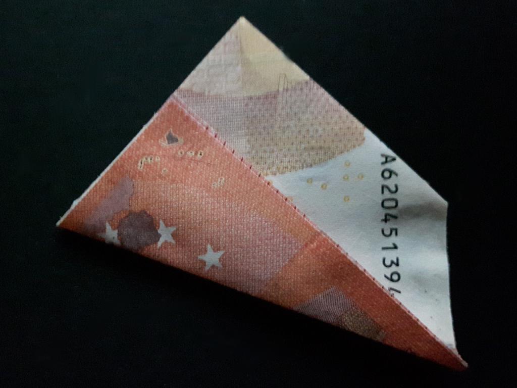 Pirámide plegable de un billete - paso 11