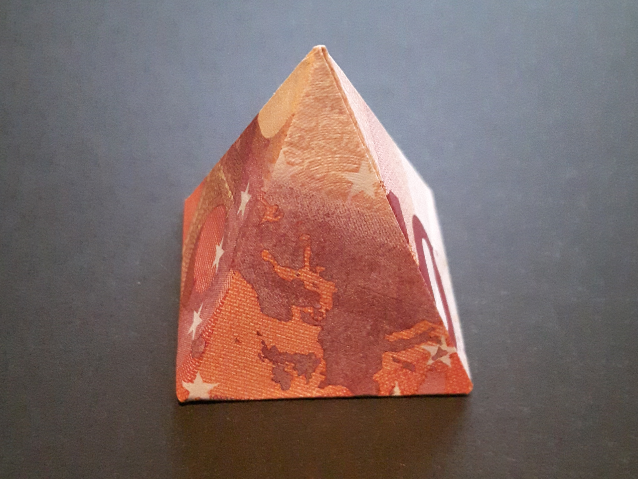 Пирамидата е сгъната от 10 € чек