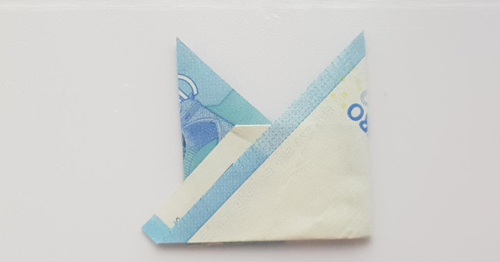 Сгънете шапката на епископа от банкнотата - стъпка 12