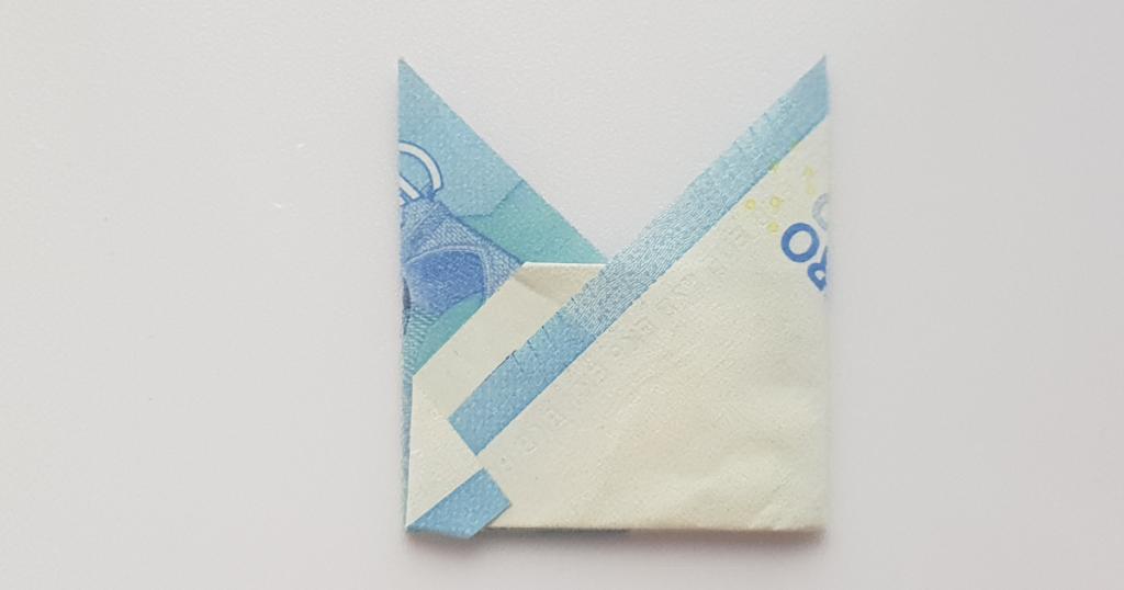Сгънете шапката на епископа от банкнотата - стъпка 13