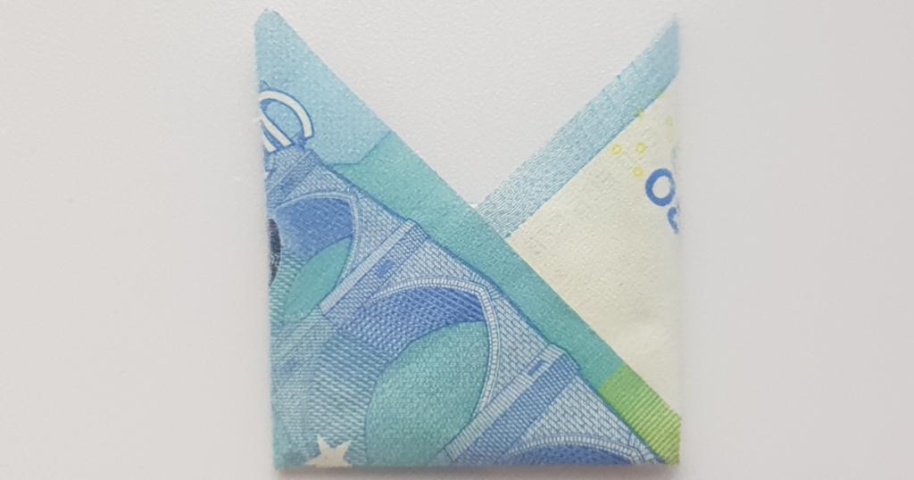 Сгънете шапката на епископа от банкнотата - стъпка 14