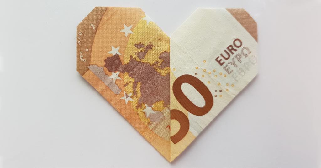 Sirds salocīta no banknotes