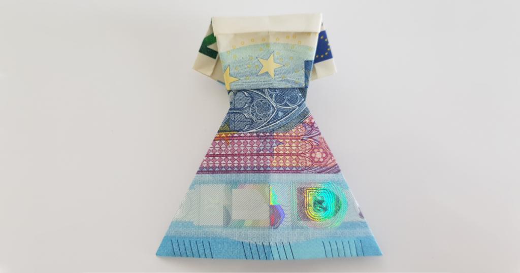 Kleid aus einem Geldschein gefaltet