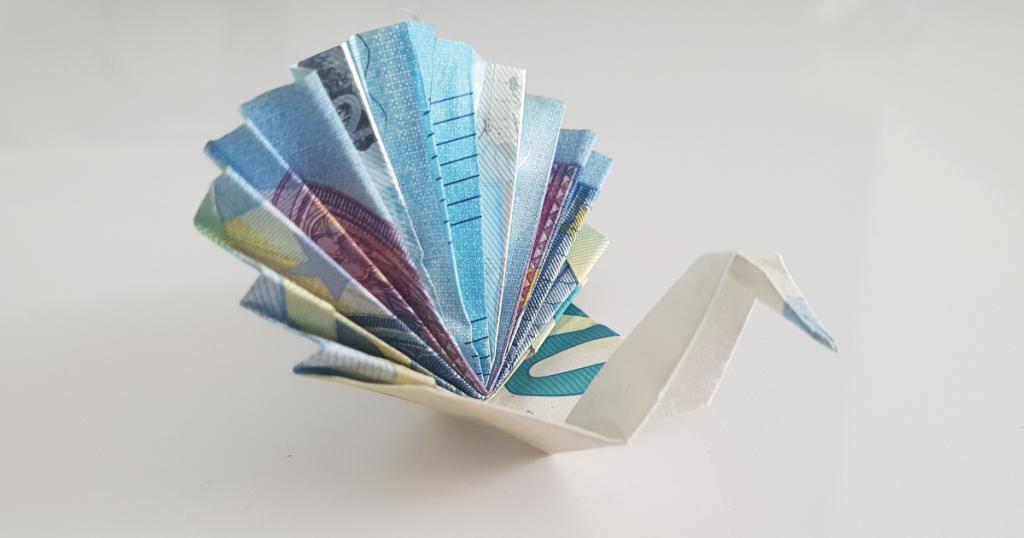 Паунот преклопен од банкнота