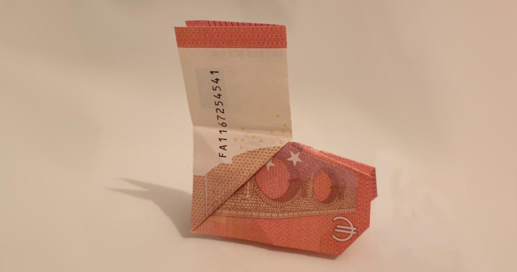 Božićna čizma presavijena sa novčanice