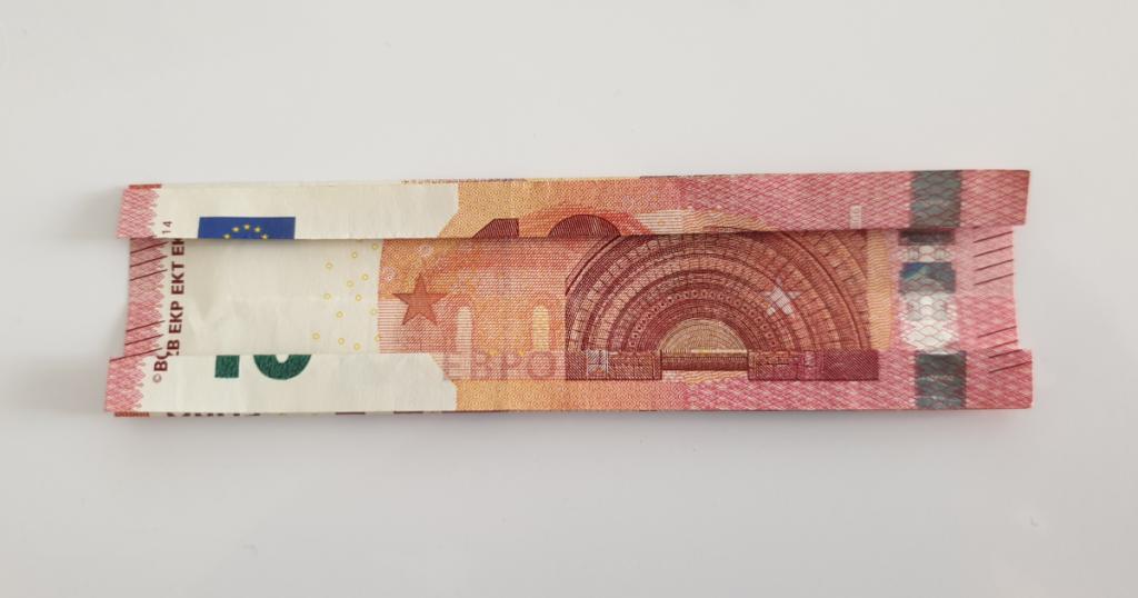 Kukkuva tähe voltimine pangatähtedelt - 5. samm