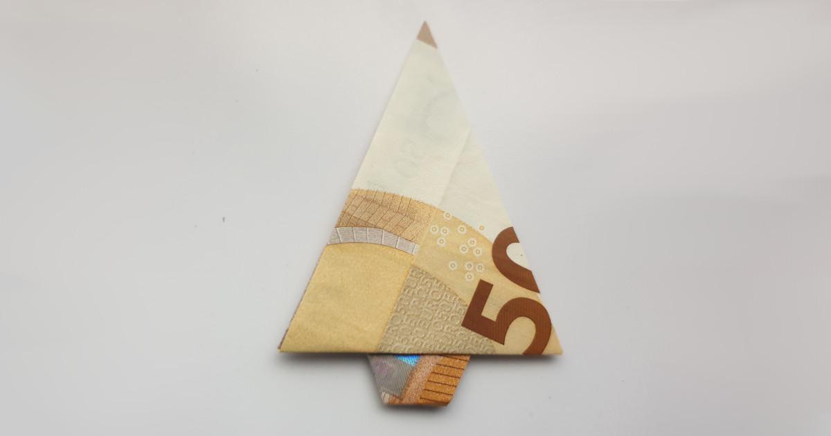 Božićno drvce presavijeno od novca