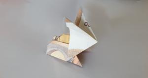 Zajączek złożony z pieniędzy